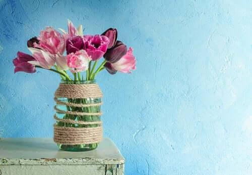 Blommor i glasvas.
