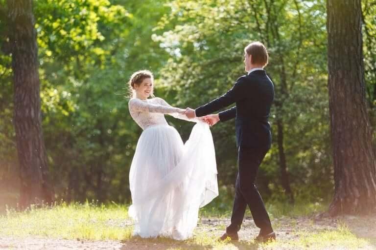 Bröllopspar i en skogsglänta.