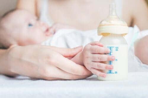 Efter flaskmatning kan du behöva hjälpa din bebis att få ut gaser