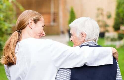 Kvinna kramar sin äldre förälder.