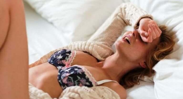 Kvinna njuter i sänghalmen.