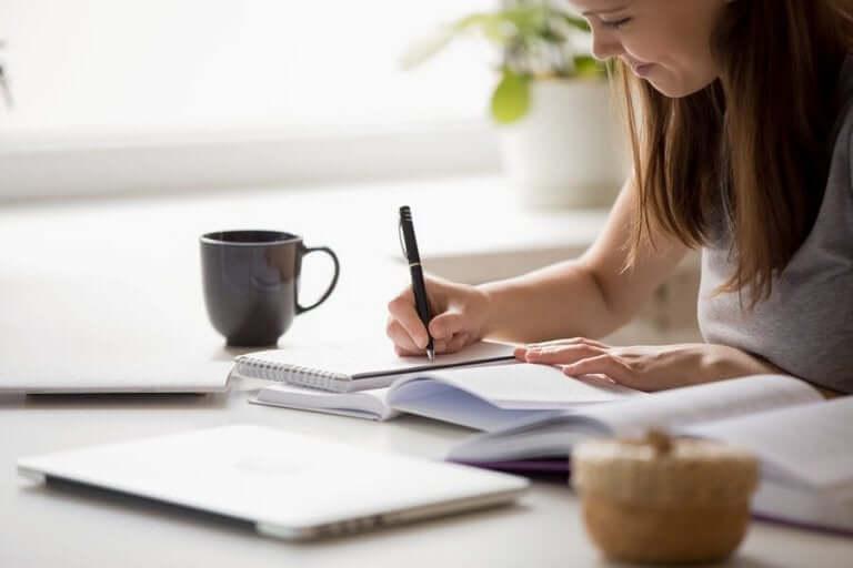 Kvinna planerar sitt schema.