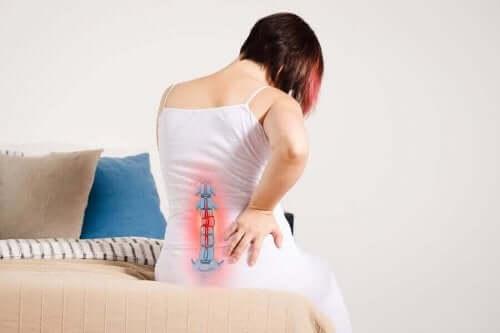 Kvinna med ont i ländryggen.