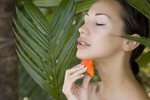 Kvinna använder papaya mot åldrande.