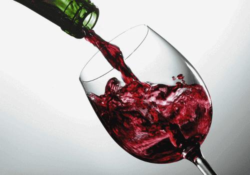 Rödvin upphällt i glas.