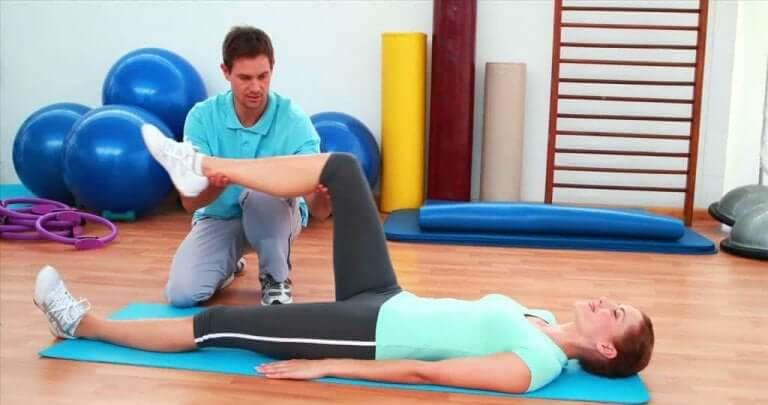 Sjukgymnastik kan hjälpa efter en knäskada.