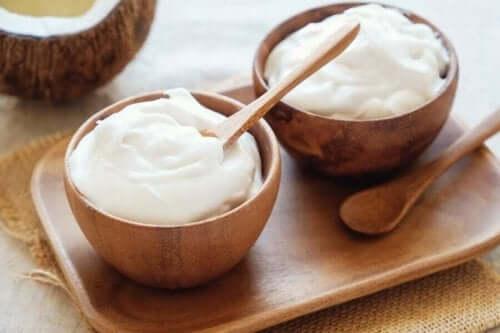 Yoghurt innehåller probiotiska livsmedlen.