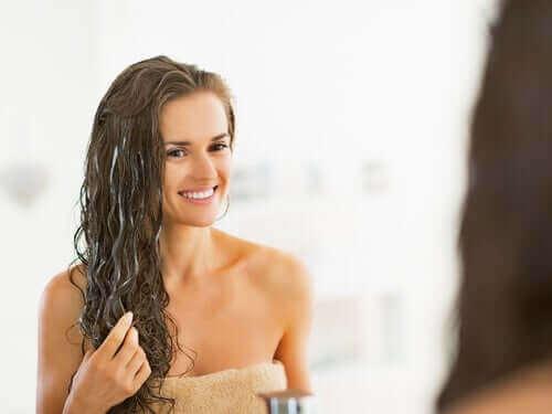 Kvinna efter bad med vågigt hår.