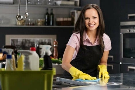Kvinna gör rent köksbänk