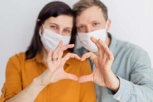 Kan coronavirus överföras sexuellt: Ett par som bär ansiktsskydd.