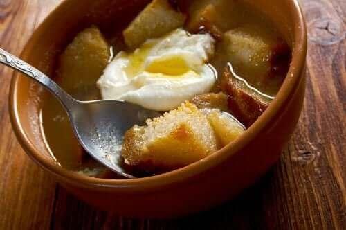 Soppa med pocherat ägg