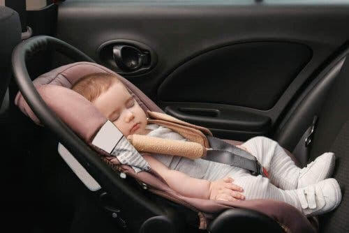 Skallasymmetri: baby i bilskydd