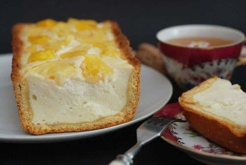 piña colada-cheesecake: djup i sockerkaksform