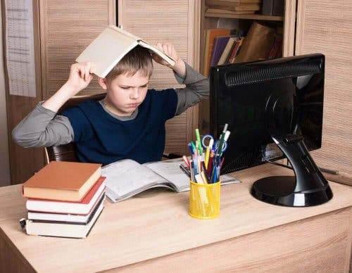 trotssyndrom: barn med bok på huvudet