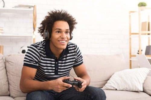 videospel påverkar ungdomar: tonåring spelar på soffa