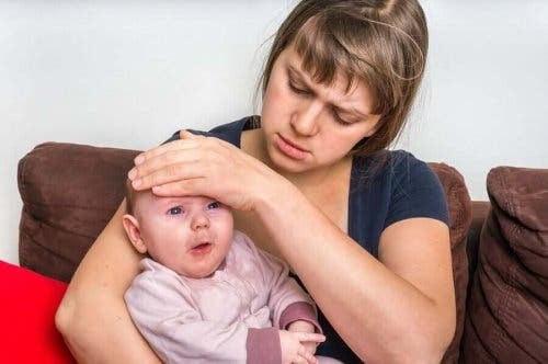 baby med gastroenterit i mammas famn