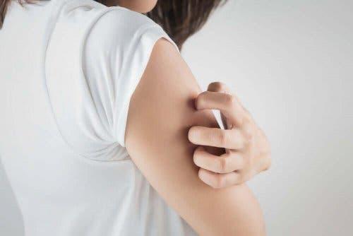 En person river sig på armen.