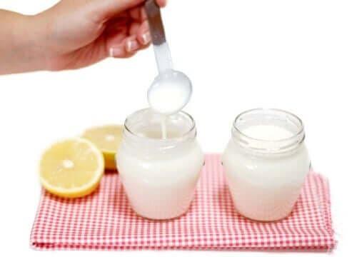 Ett par burkar med yoghurt och citron.