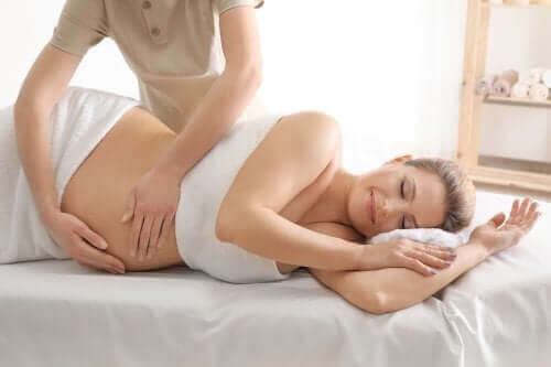 Gravid kvinna får en massage.