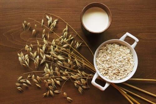 Havregryn i tre olika former: gryn, mjölk, flingor