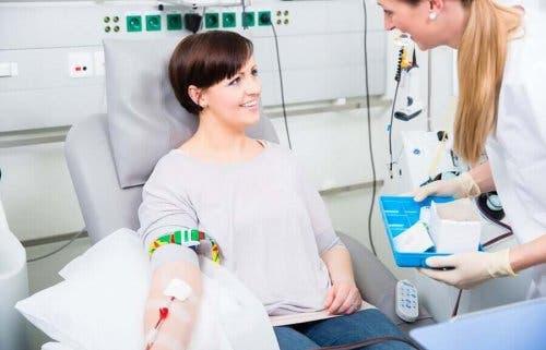 Kvinna donerar blod