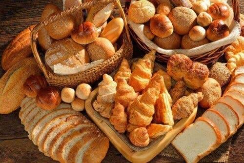Sortiment av bröd och croissanter