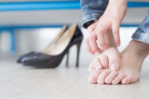 nageltrång: person kliar sig på fötterna