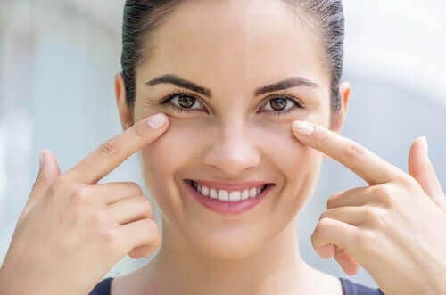 hudvård och hudens hälsa: kvinna pekar på ögonen