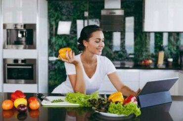 Hoppa över middagen: hjälper det dig att gå ner i vikt?