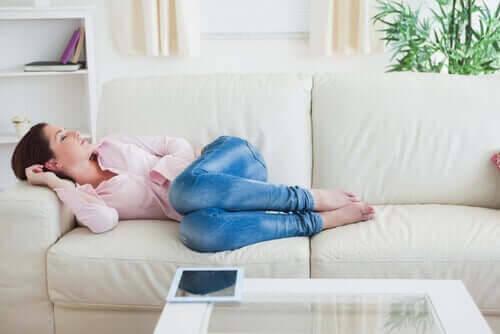 god sömnhygien: kvinna sover på soffa