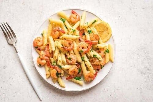 pasta och ris på kvällen: pasta med räkor