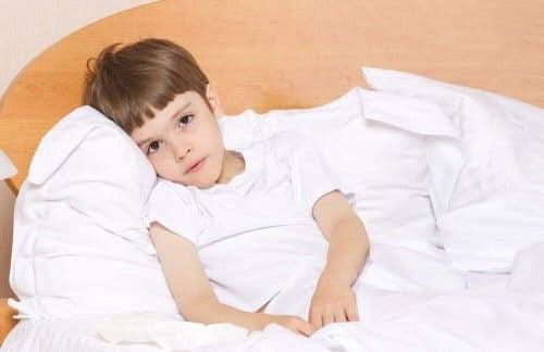 Anemi hos barn: trött pojke i säng