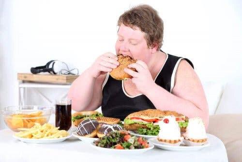 överviktig person äter