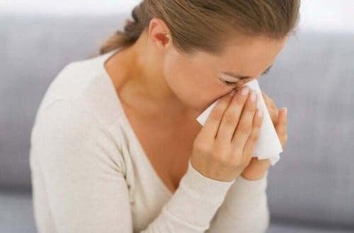 allergiska reaktioner: kvinna nyser