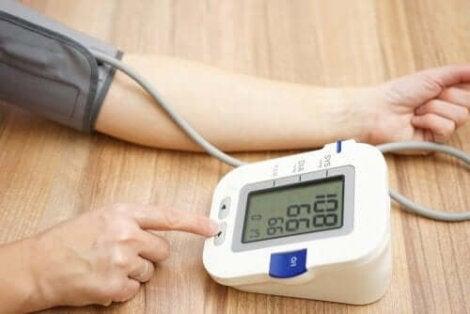 person mäter blodtrycket