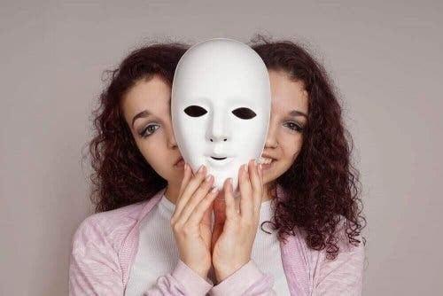 leva med en bipolär person: kvinna med två ansikten bakom mask