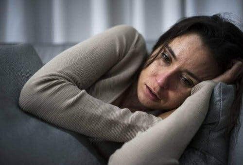 leva med en bipolär person: ledsen kvinna på soffa
