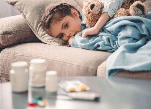 Läkemedlet metylfenidat: barn i soffa med piller