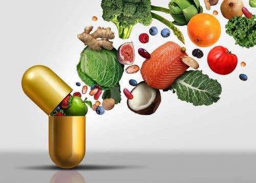 vattenlösliga vitaminerna: stort vitaminpiller med mat som kommer ut ur det