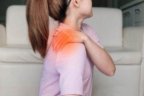 kvinna upplever fördröjd muskelvärk
