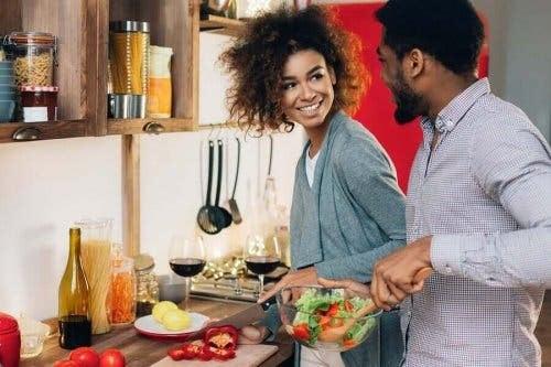 par som vill göra roliga saker tillsammans lagar mat