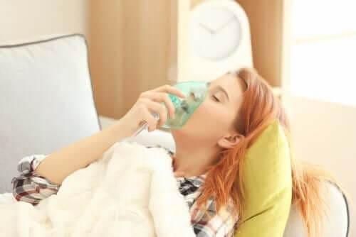 kvinna får oxygenbehandling