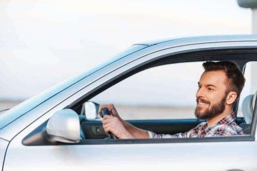 Man i bil som inte blir åksjuk