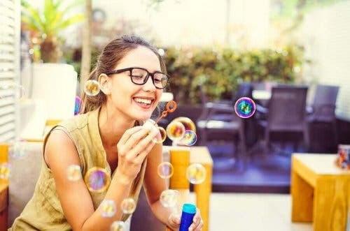 person blåser såpbubblor som en mindfulnessövning