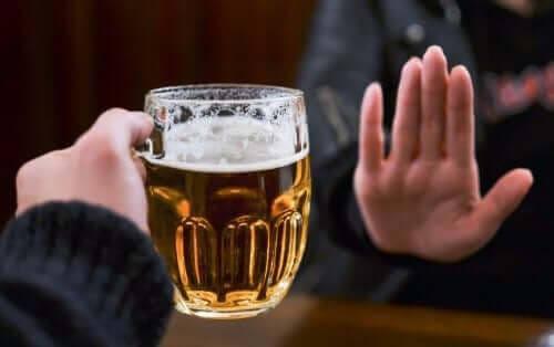 Antabus: kvinna visar nej till öl med handen
