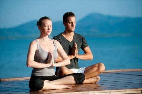 Utöva yoga tillsammans med din partner