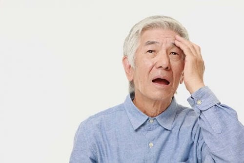En äldre man försöker komma ihåg något.
