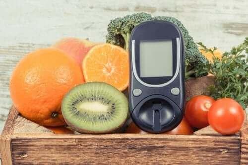 En blodsockermätare bland frukter för att mäta enkla sockerarter: glukos.