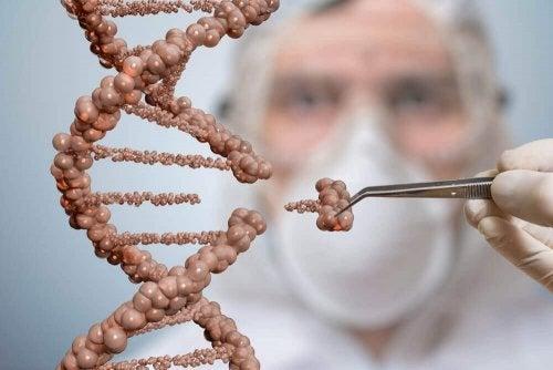 Doktor övar på att transplantera DNA.