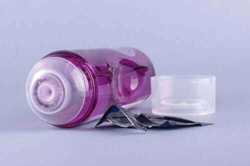 En bild på glidmedel och en kondom för kvinnor.
